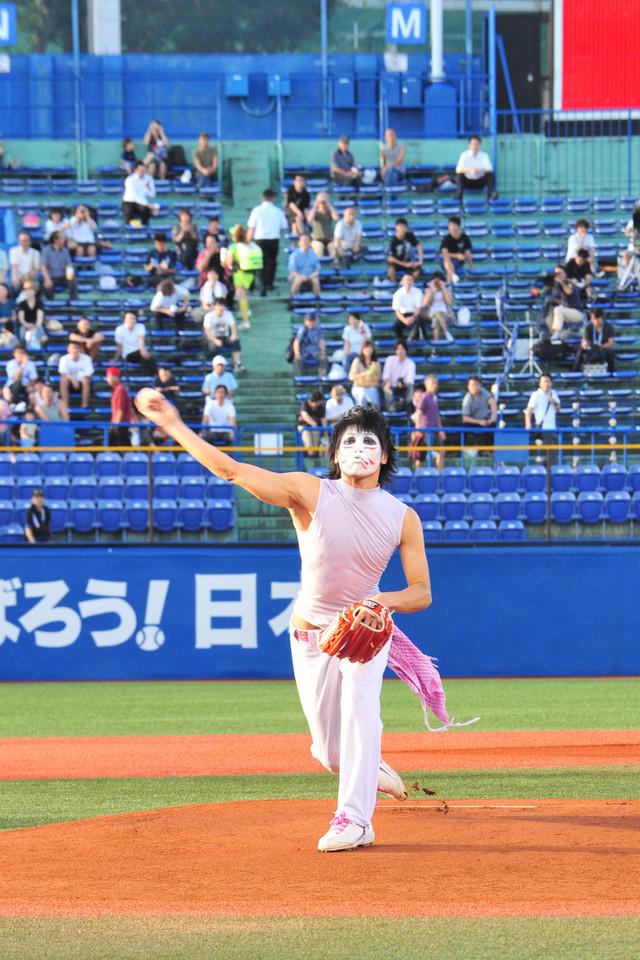 2012年に行われた始球式での樽美酒研二。