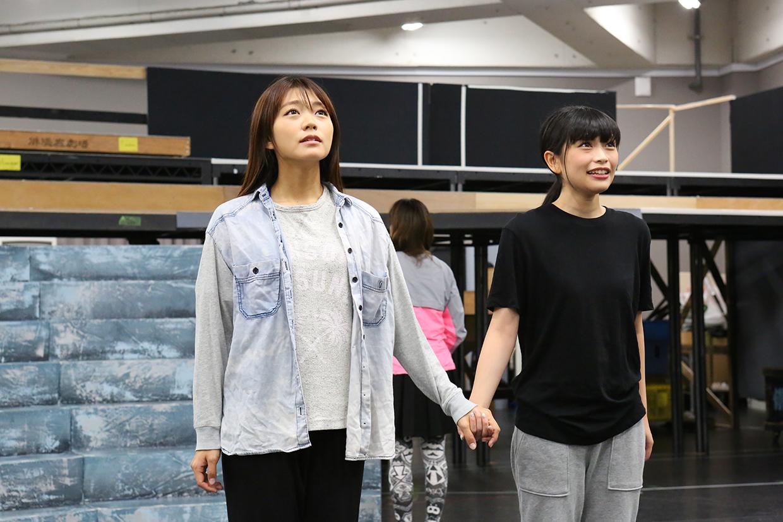 (左から)三森すずこ、小山百代 (C)Project Revue Starlight
