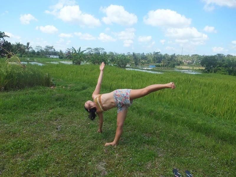 インドネシアのウブドでヨガ練習中の岡田さん