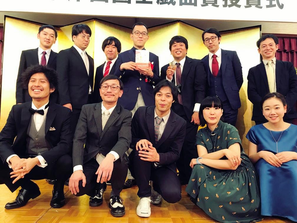 上田誠(上段左から4人目)と『来てけつかるべき新世界』キャストたち。