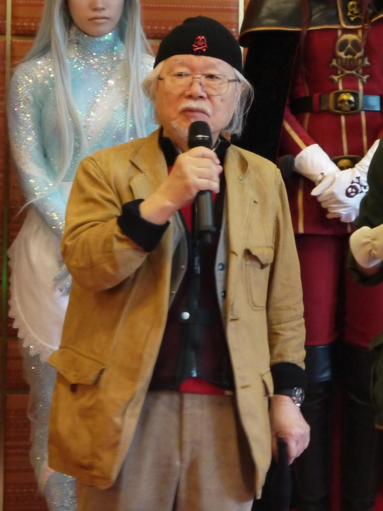 プレゼントされた赤いドクロマークのキャップを被る松本零士