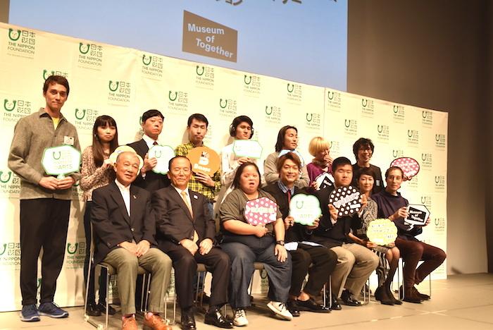 香取慎吾(前列左から4番目)ら、『ミュージアム・オブ・トゥギャザー』に出展する作家ら