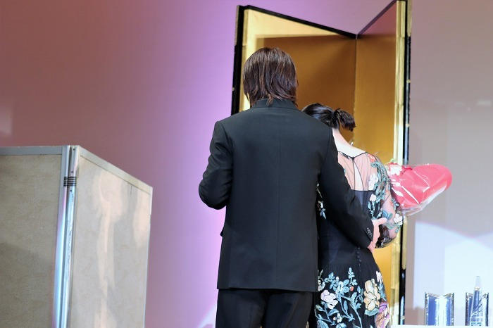 佐藤さんが永野さんの腰に手が添えた瞬間、会場から悲鳴のような歓声が!