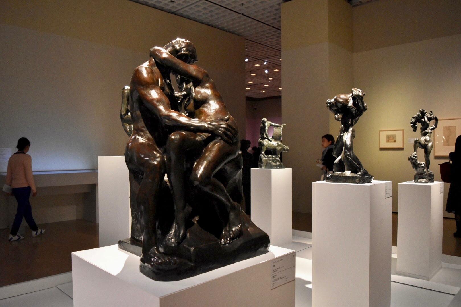 中央:オーギュスト・ロダン 《接吻》 1882-1887年頃(原型) 国立西洋美術館蔵