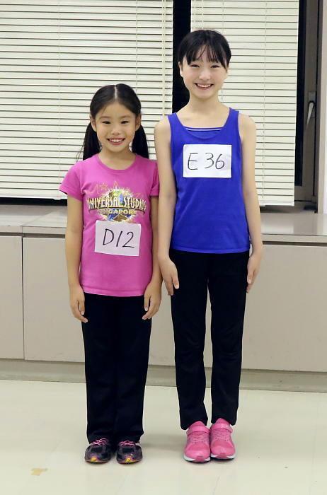 (左から)野村里桜さん、会百花さん