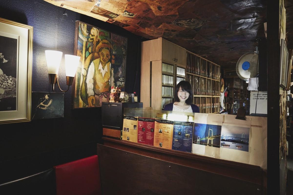 写真中央にある肖像画に描かれているのが、ベースプレイヤーでもあった創業者の安保隼人さん。DJブースにいるのはお店の看板娘であり、横浜国大ビッグバンドのメンバーでもあるセリナさん。
