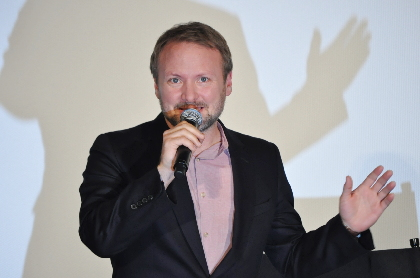 """『スター・ウォーズ/最後のジェダイ』ライアン・ジョンソン監督、来日ファンイベントで""""あの人の出演""""など初解禁情報をポロリ"""