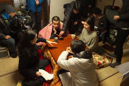 峯田和伸(銀杏BOYZ)と橋本マナミ、和やかな雰囲気の撮影現場が明らかに 映画『越年 Lovers』オフショット2点を解禁