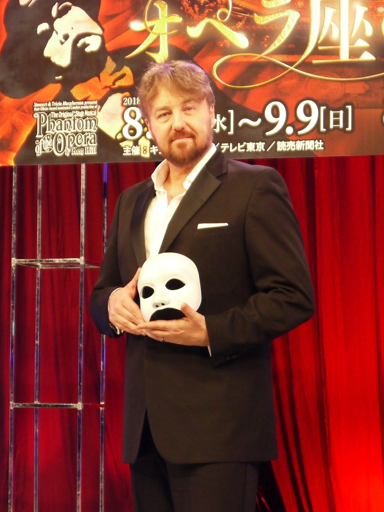 ファントムの仮面を手にするジョン・オーウェン=ジョーンズ