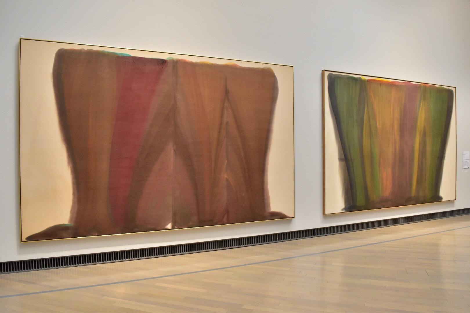 左:モーリス・ルイス 《ワイン》1958年 広島市現代美術館 右:モーリス・ルイス 《金色と緑色》1958年 東京都現代美術館
