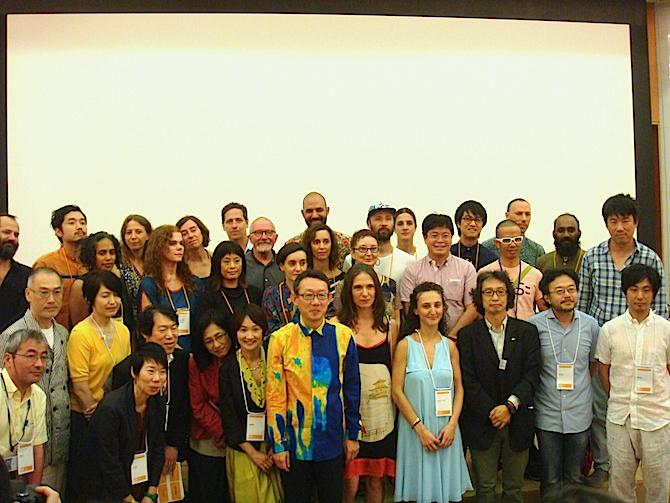記者会見には、港芸術監督(前列中央)やキュレーター、多数のアーティストも参加