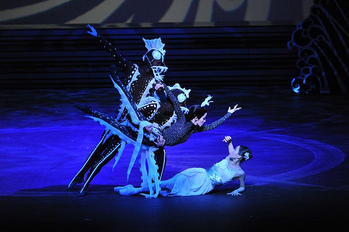 『パゴダの王子』(2011年)皇后エピーヌ(深海にて)。ビントレー元芸術監督とのクリエイションが生きた作品だ  撮影:瀬戸秀美