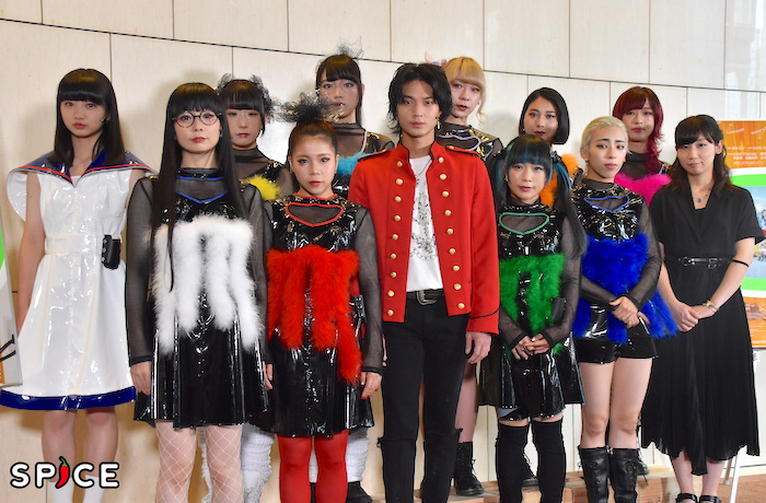 PARCOプロデュース2019『プレイハウス』の作・演出を務める根本宗子(前列右)、出演する磯村勇斗(前列中央)とGANG PARADEのメンバー