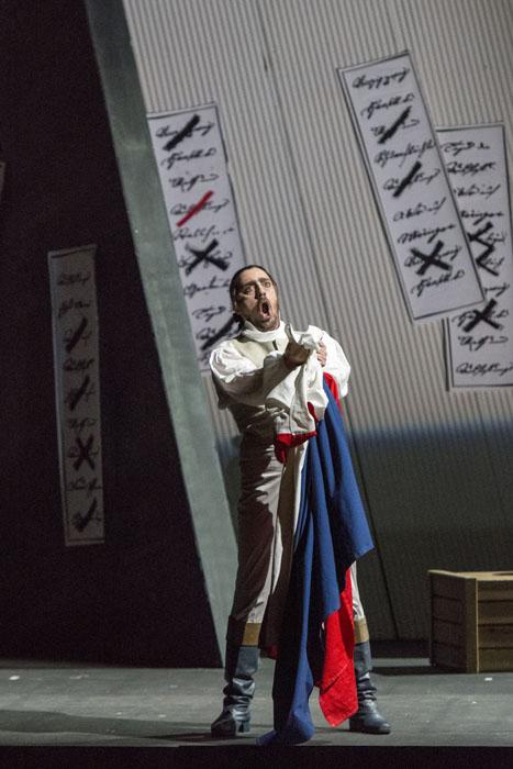 ジェラールを魅力的に歌い、演じたヴィットリオ・ヴィテッリ 撮影:寺司正彦 提供:新国立劇場