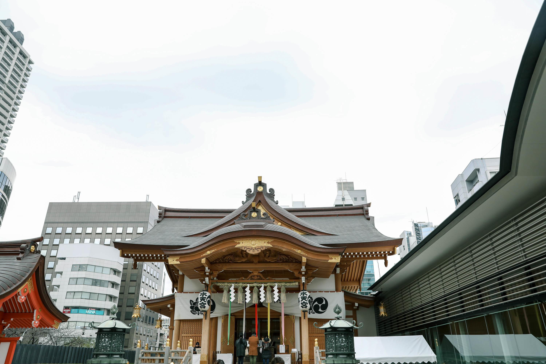 ビルのテラス的な場所に立派な神社が