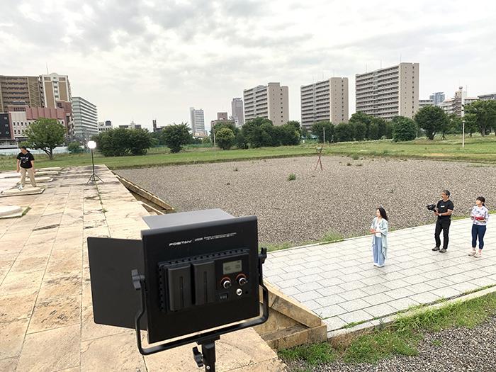 『風儀』(上杉真由作品)を難波宮跡にて撮影 (撮影:トコイリヤ制作)