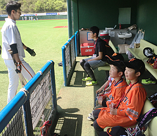 試合前にはベンチで打撃練習を見学できる「打撃練習見学ツアー」も(※小学生以下が対象)