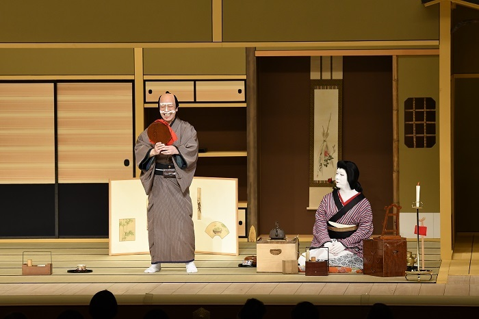 令和2年『八月花形歌舞伎』『与話情浮名横櫛 源氏店』左から、片岡亀蔵、中村児太郎。距離を保ちながら、おなじみの展開へ。 (C)松竹