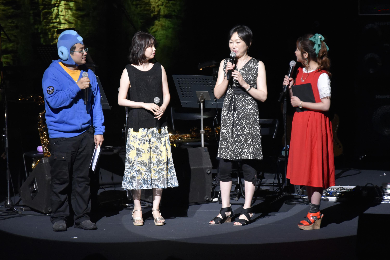 左からウッチー、青木佳乃氏、松前真奈美氏、MCの楪望氏