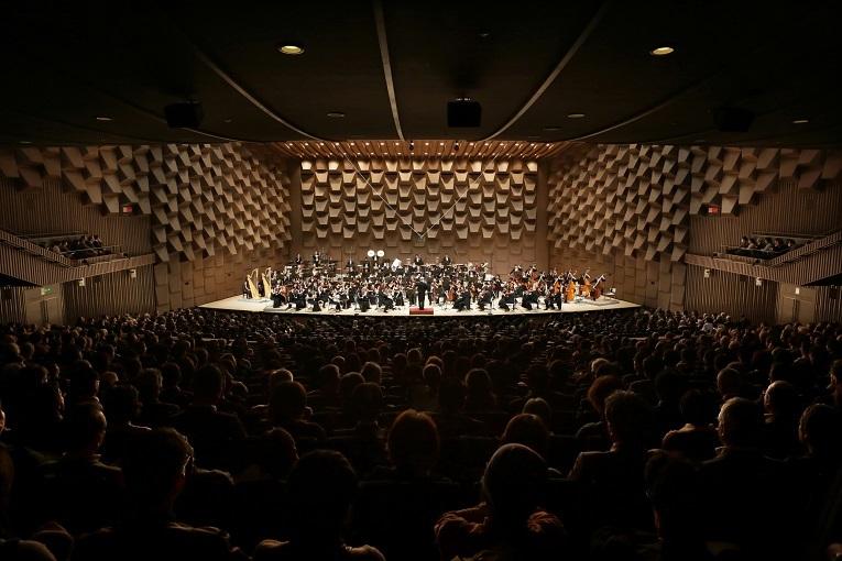 芸術・エンタテインメントの殿堂フェスティバルホール。演奏は大阪フィル。  (C)飯島隆