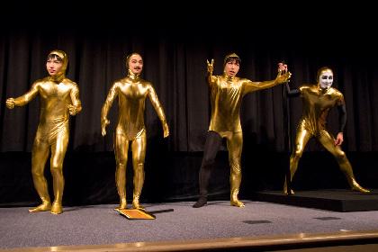 ゴールデンボンバー、金色の全身タイツ姿で人文字を披露!樽美酒 研二が苦戦する一幕も 『カンフー・ヨガ』ゴールデン・パフォーマンス