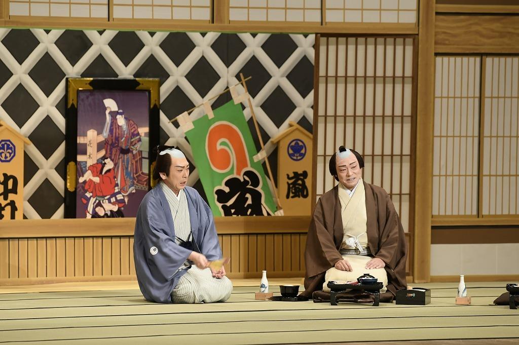 『たぬき』(左から)太鼓持蝶作=坂東彦三郎、柏屋金兵衛=市川中車