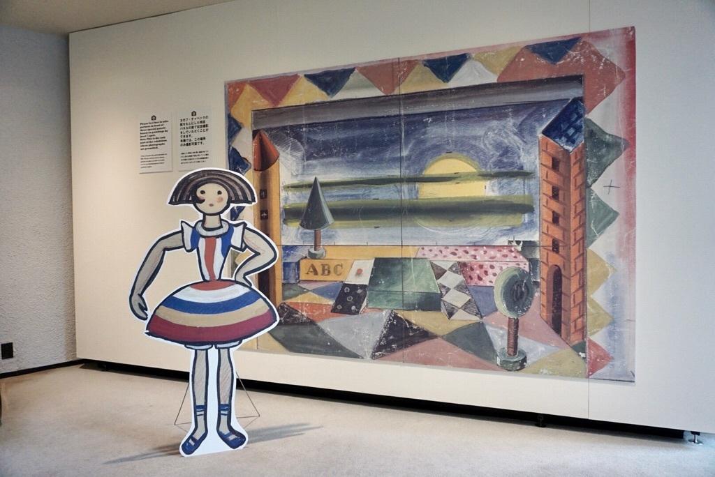 展覧会場には、ヨゼフ・チャペックがデザインした舞台デザインの前で撮影可能なエリアも。 ヨゼフ・チャペック バレエ《おもちゃ箱》舞台デザイン・衣装デザイン チェコ国立博物館