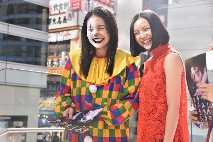 笑顔でファンと話す岡田帆乃佳と湯川玲菜