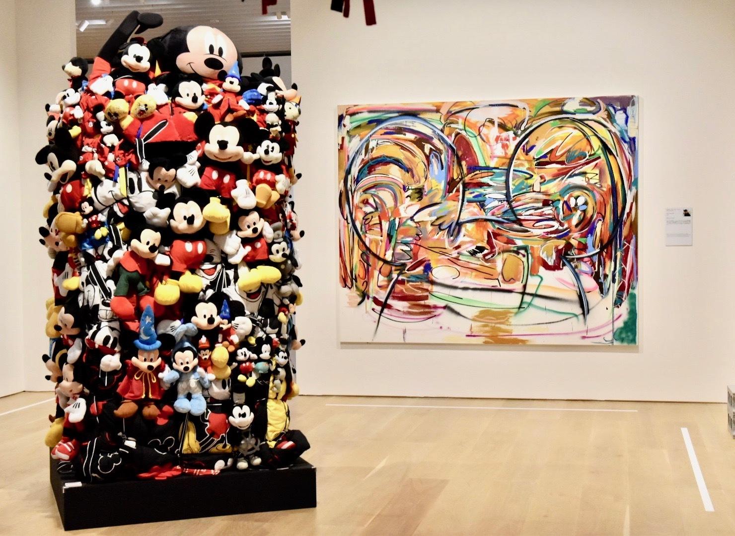 左:Shinique Smith《Bale Variant No.0026》[Ode to Mickey Mouse, My First Love]、右:Michael John Kelly《Toon Town 1991》 (C)Disney