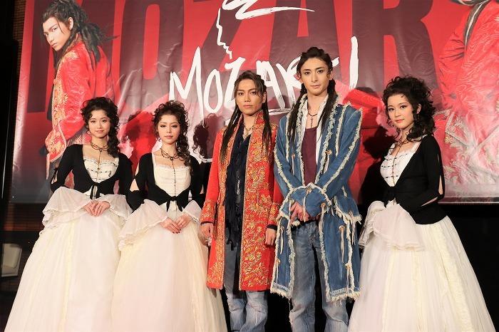 (左から)木下晴香、平野綾、山崎育三郎、古川雄大、生田絵梨花