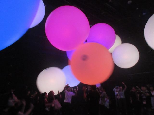 「奏でる生命 teamLabBall 同期され変容する空間 teamLabBall」で登場した大きな球体