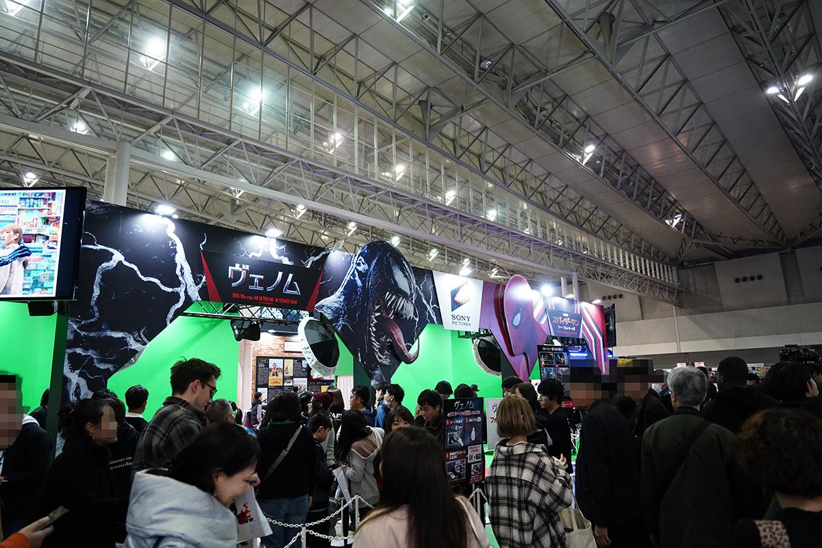 ヴェノムやスパイダーマンと記念写真を撮れるサービスも 写真:斉藤直樹