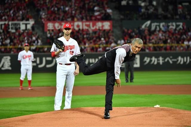 力強い投球を見せた吉川晃司(右)と、それを見守る広島カープのK. ジョンソン投手(左)。(c)TBS