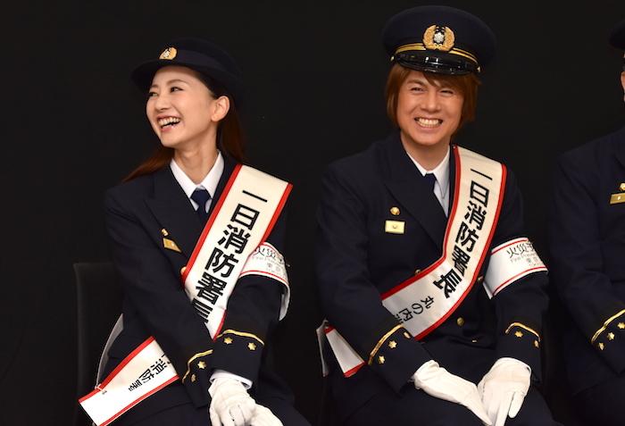 丸の内1日消防署長になった浦井健治と夢咲ねね(右から)