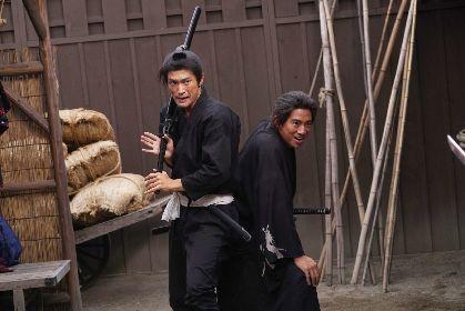 三浦春馬さんと三浦翔平が背中を預け合う凛々しい姿も 映画『天外者』から新場面写真7点を一挙解禁