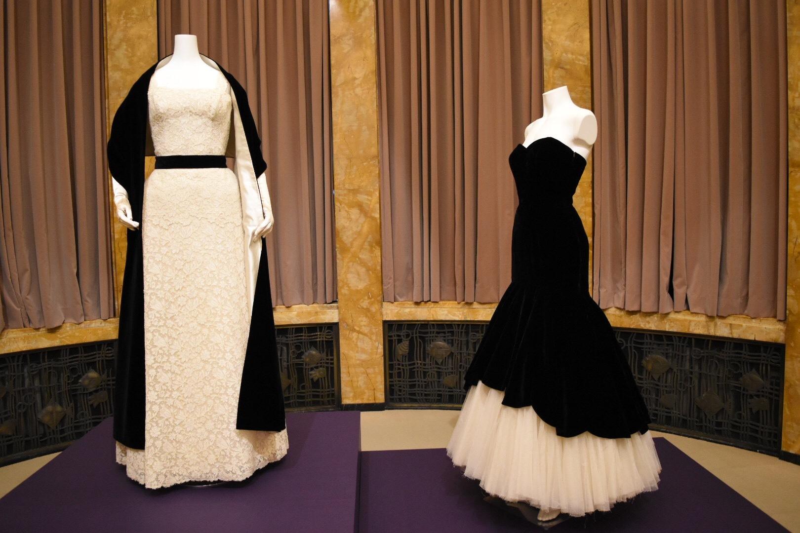 左:クリスチャン・ディオール 《イヴニング・ドレス》 c.1952年 右:クリストバル・バレンシアガ 《イヴニング・ドレス》 1951年