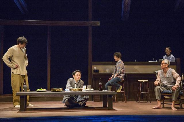 『消えていくなら朝』舞台写真  撮影:谷古宇正彦 写真提供:新国立劇場