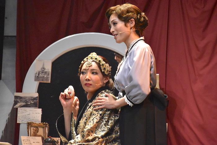 マタ・ハリを演じる柚希礼音(左)とアンナを演じる和音美桜
