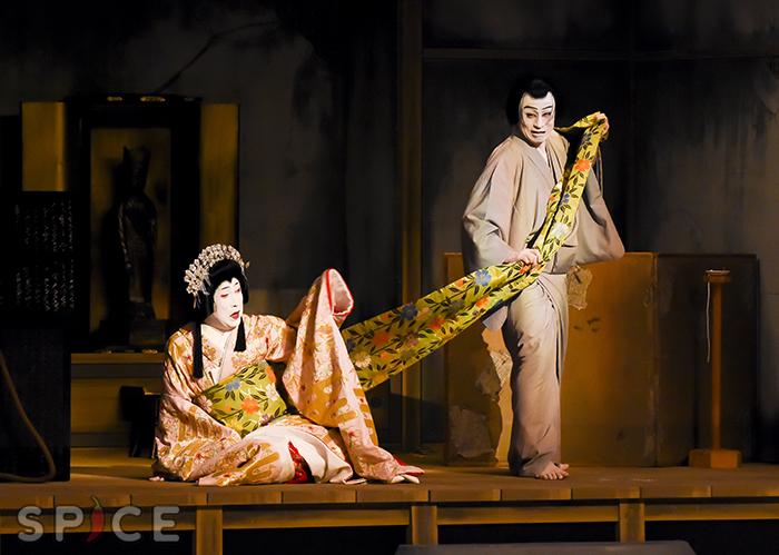「再桜遇清水」左より 桜姫=中村雀右衛門、清水法師清玄=市川染五郎 (写真提供:松竹)