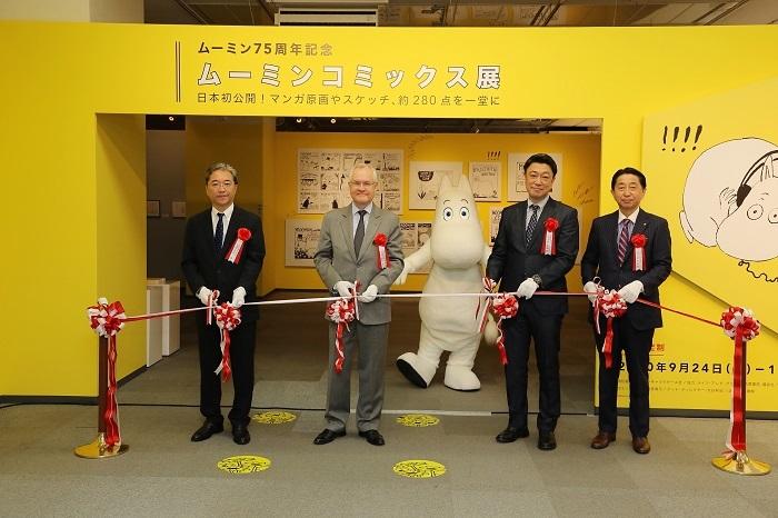 駐日フィンランド共和国特命全権大使 ペッカ・オルパナ閣下(左から二番目)らによるテープカット (C)Moomin Characters™