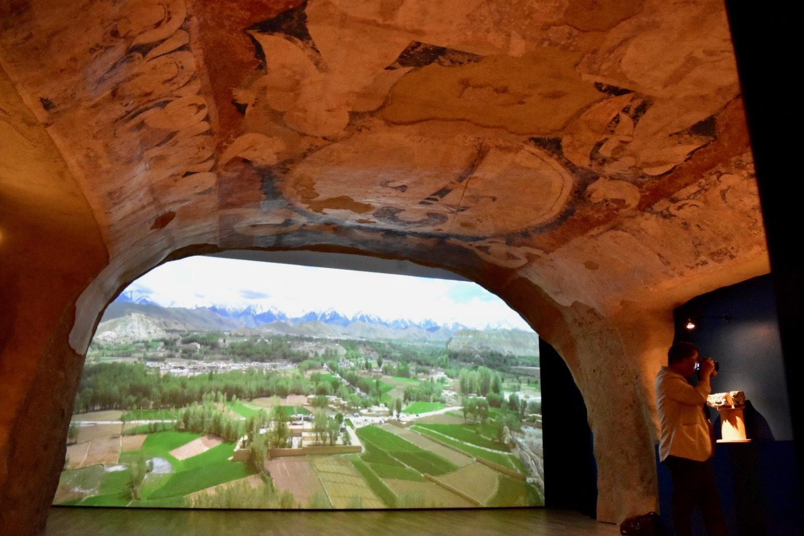 クローン文化財 バーミヤン東大仏天井壁画《天翔け太陽神》 6世紀 展示風景