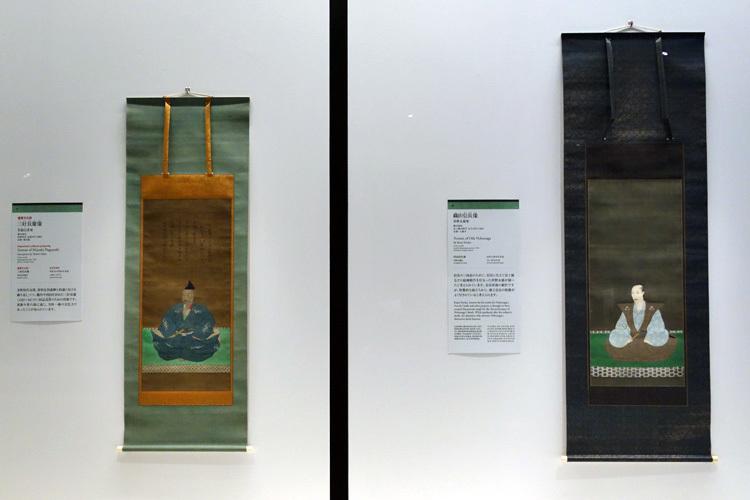 左:重要文化財《三好長慶像》笑嶺宗訢賛 室町時代・永禄9年(1566) 京都・聚光院(前期展示)、 右:《織田信長像》狩野永徳筆 安土桃山時代・天正12年(1584) 京都・大徳寺(前期展示)