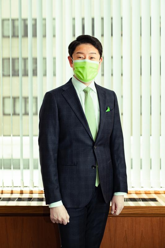ネクタイ、ポケットチーフだけでなく、マスクも黄緑色!