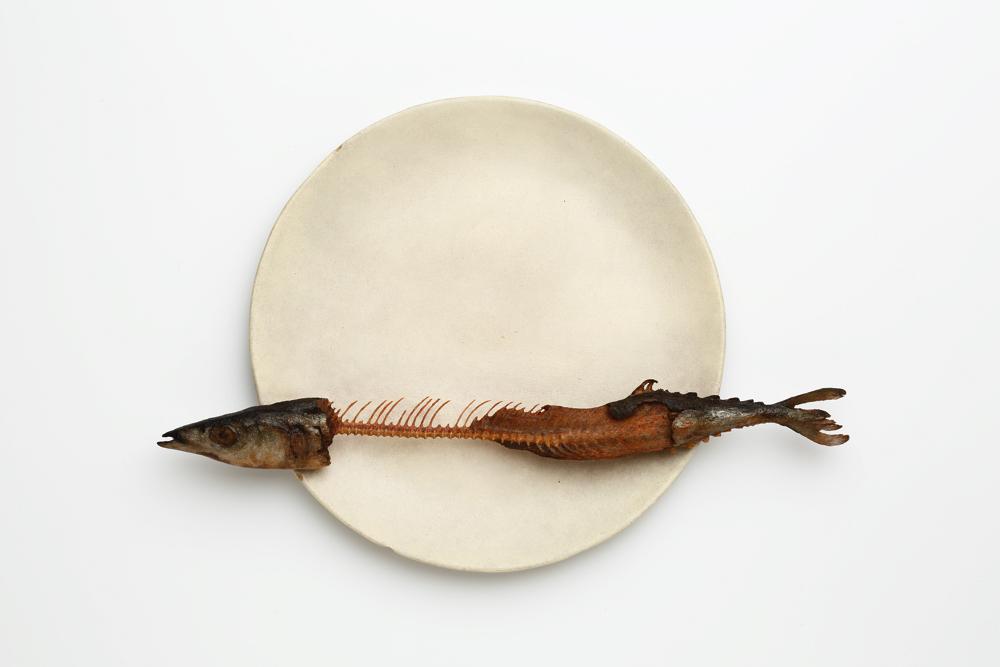 【木彫】前原冬樹 《一刻:皿に秋刀魚》 2014年