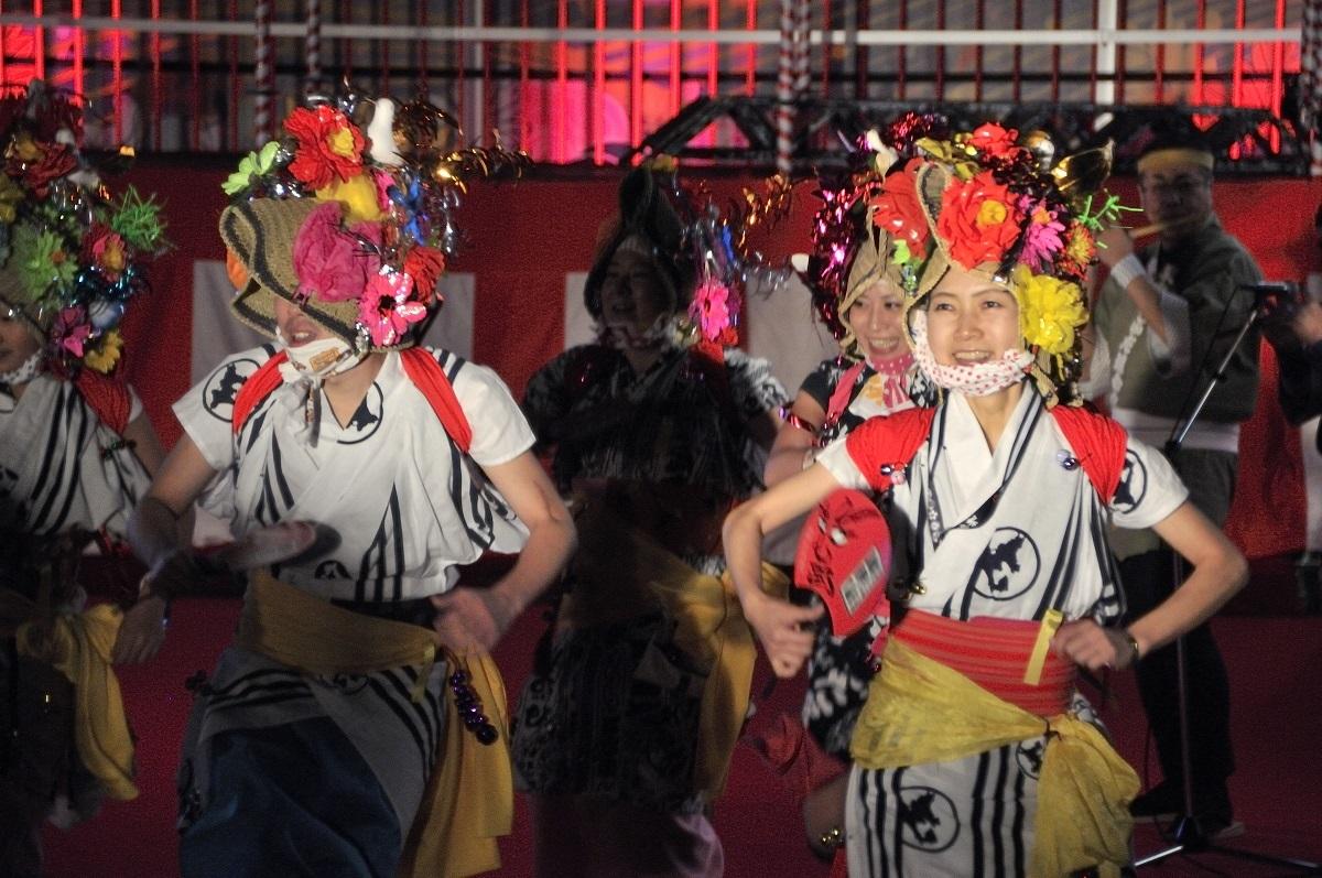 「ラッセラー、ラッセラー!」の掛け声とともに演舞する、青森ねぶた祭の跳人(はねと)