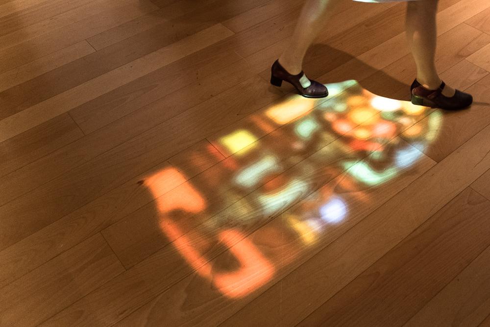 床にはステンドグラスから落ちてきたかのような光の演出も