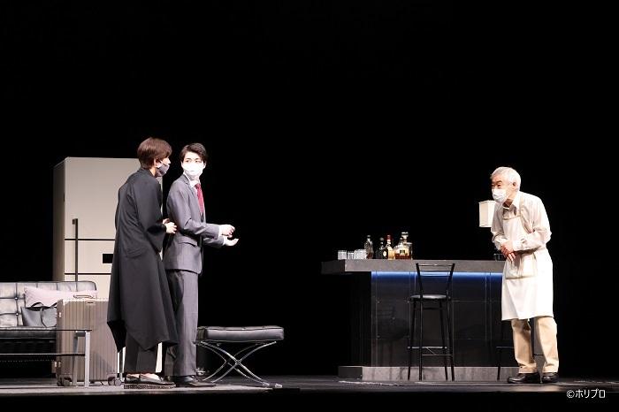 左より)佐久間由衣、 高杉真宙、 柄本明 感染症対策として一部舞台稽古はマスク着用で行われた (C)ホリプロ