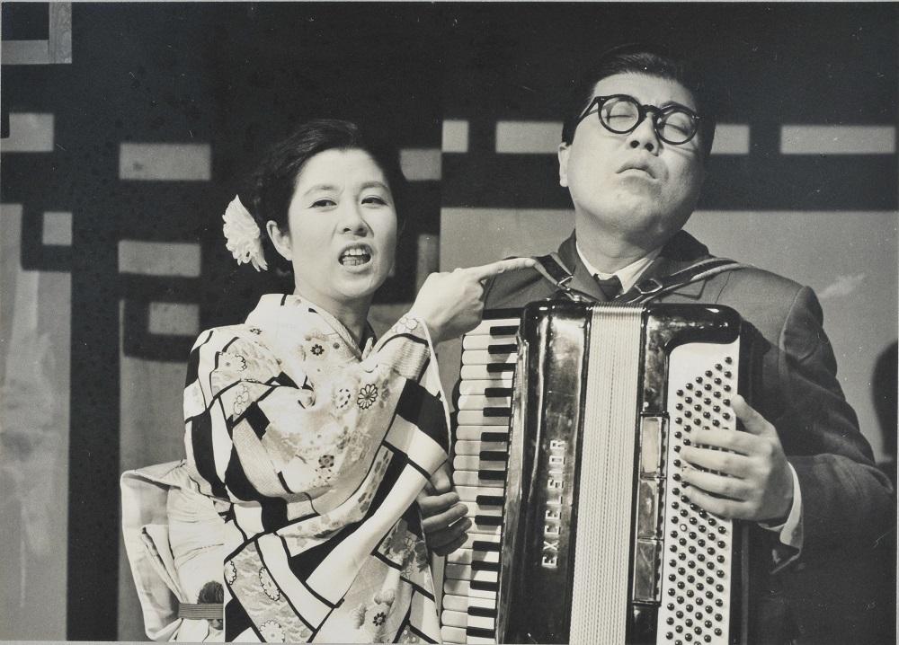 『おもろい女』公演プログラムより (左から森光子、藤山寛美)