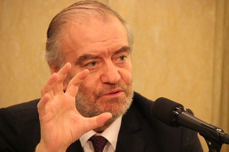 指揮をするように手を大きく広げて力説するワレリー・ゲルギエフ氏