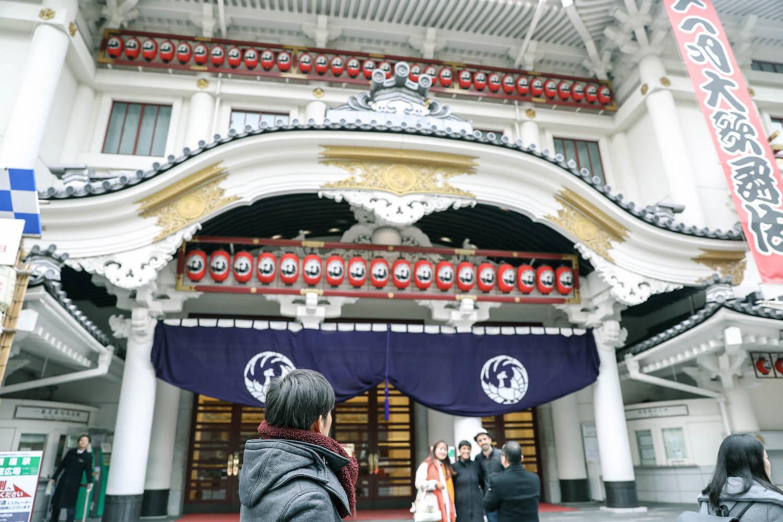 唐突に表れる歌舞伎座。想像しているよりデカい